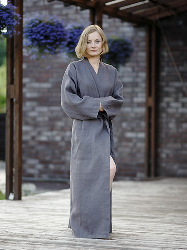 Bata larga de lino en color almendra modelo Alma