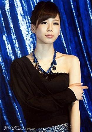ワンショルダーの黒いトップスを着た大家志津香の画像