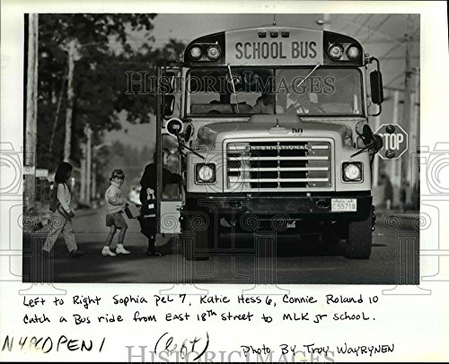 1989 Press Photo Sophia Pel, Katie Hess and Connie Roland board a school - Bus Sophia