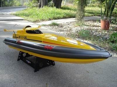 قایق مسابقه سرعتی RC RTR مدل Majesty 800s همراه با کنترل از راه دور محصول Media TECH. |
