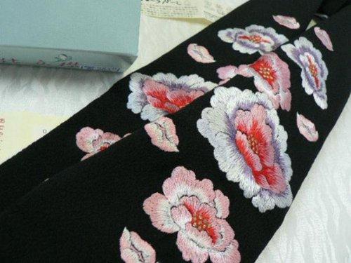振袖用オリジナル仕立て衿?豪華な刺繍?衣紋抜き付き。 No,204  ?この衿は、従来のような縫い付けの手間を省き、取り外しや洗濯が楽です。
