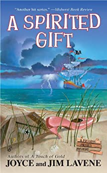 A Spirited Gift (A Missing Pieces Mystery Book 3) by [Lavene, Jim, Joyce]