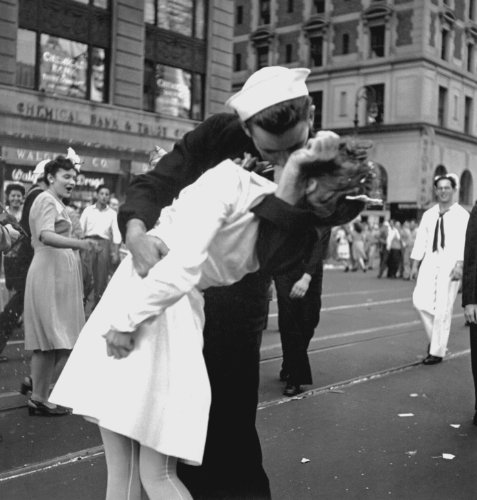 (Kiss V-Day NYC WWII Poster Photo U.S. Military USA Historical Posters Photos 12x12)