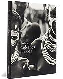 Conhecido por seus trabalhos com nus, retratos e moda, J.R. Duran registra sua passagem pela Etiópia em um livro que mescla diário de viagem e ensaio fotográfico, promovendo um diálogo lúdico e lírico entre fotografia, literatura e etnografia. Com uma impressionante capacidade de captar a linguagem corporal, a informação cultural e sensorial, Duran fotografa os costumes e a beleza das tribos do vale do rio Omo: os karo, mestres na arte do body painting, os hamar e seus rituais, os mursi, tribo mais conhecida do país, os nyagatom, guerreiros destemidos, e os dhassanech, agricultores e criadores de gado. Em anotações de viagem de seu diário, descreve também as impressões sobre as paisagens africanas, a arquitetura das cidades por onde passa e suas agruras em hotéis e aeroportos locais. Cadernos etíopes revela uma faceta surpreendente de Duran, mostrando um artista maduro e consciente do seu percurso.
