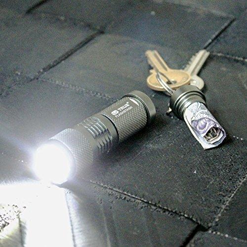 True Utility TU304 FlashStash Porte-clés compact avec lampe torche et compartiment secret