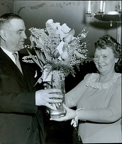 vintage-photo-of-signe-lundqvist-receives-beautiful-bunch-of-flowers-by-director-gust-westman-in-swe