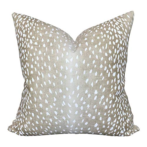 Funda de almohada con diseno de Vern Yip Perth en Fawn Antelope, color beige neutro crema y bl