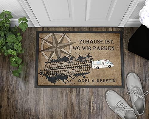 """51bphWknNQS Personalisierte Fußmatte für Camper. Fußabstreifer """"Zuhause ist, wo wir parken."""" mit Kompassrose, Reifenspur und…"""
