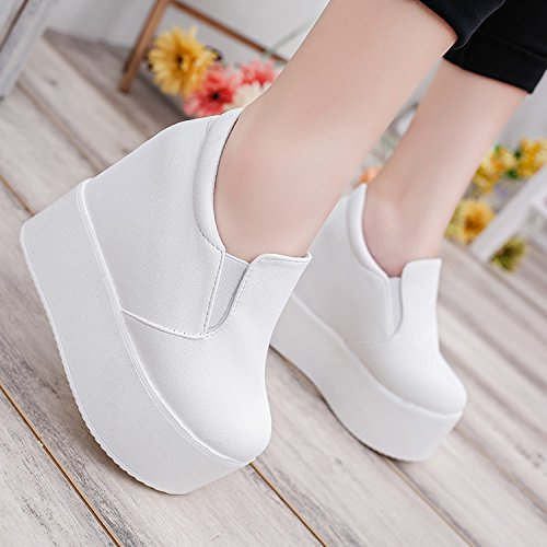 Los zapatos de mujer son impermeables, cómodas, mesas de fondo, de fondo plano, de fondo grueso zapatos de tacón. Thirty-seven