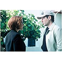 The X-Files (TV Series) 8 x 10 Photo Gillian Anderson/Dana Scully & David Duchovny/Fox Mulder Baseball Cap Outside Shot kn