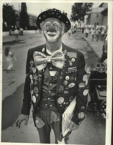 """1986 Press Photo Price Shopper Store Clown""""Buttons"""" at New York State Fair"""