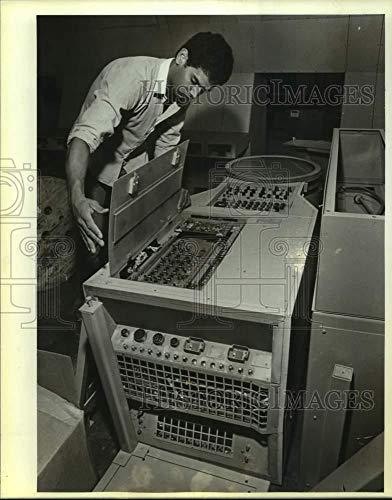 (Vintage Photos 1985 Press Photo Joel Cavazos Working on Horizontal Radar Scope in New Tower)