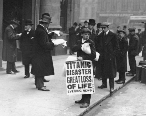 New 8x10 Photo: TITANIC Disaster, Great Loss of Life - Newsboy at White Star