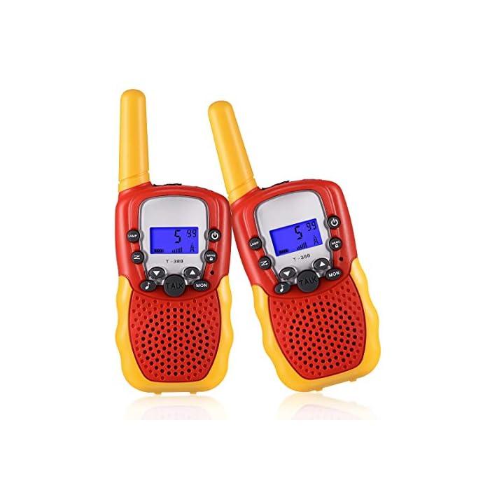 51c85ptYP8L ☎ Regalo Perfecto para Niños: Walkie talkies el cuerpo pequeño y liviano permite que los niños sean fáciles de usar y solo 90 g por walkie talkie son fáciles de transportar, estos caben cómodamente en las manos de los niños con un diseño ergonómico. Un simple botón de pulsar para hablar hace que este juguete sea fácil de usar para más de 3,4,5,6 7 8 años, regalos de cumpleaños y vacaciones muy buenos. ☎ Función de sonido claro y bloqueo de teclas: nuestros walkie talkies para niños tienen una función de alerta de llamada genial, calidad de sonido nítida y suave con nivel de volumen ajustable. Equipado con función de bloqueo de teclas, no es fácil para los niños modificar los canales para mejorar la diversión de la interacción entre padres e hijos. NOTA: requiere 4 baterías AAA (no incluidas). ☎ Señal Constante de Largo Alcance: La situación puede ser monitoreo en tiempo real de niños, sistema de alarma inteligente antivandálico, etc. Manténgase en contacto con sus amigos y familiares, especialmente en actividades al aire libre, los mejores juguetes al aire libre para walkie talkies de niños y niñas.