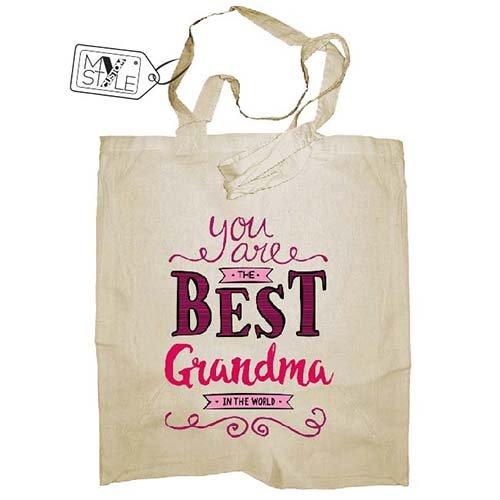 La borsa /è realizzata con stampa diretta di tipo digitale. Best GrandMa manici lunghi da 80cm; formato borsa 38x42cm My Custom Style/® Shopper in cotone naturale di colore beige modello Festa dei Nonni