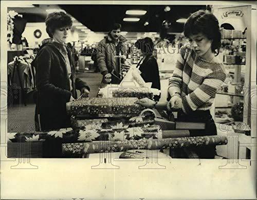 1981 Press Photo Christmas Wrapping Station at Syracuse Mall Beauty ()
