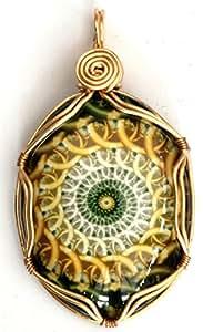 Un cristal colgante chapado en oro, dorado con un diseño de conchas. Diseñado de forma libre colgante envuelto. Libre cadena o collar de cuero.