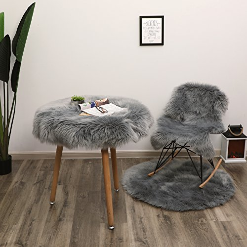 SONGMICS Super Soft Thick Faux Fur Rug, Faux Sheepskin Area Rug for Living Room Bedroom Dormitory Home Decor, Photo Prop, Diameter 3 Feet, Gray URFR91GY by SONGMICS (Image #5)