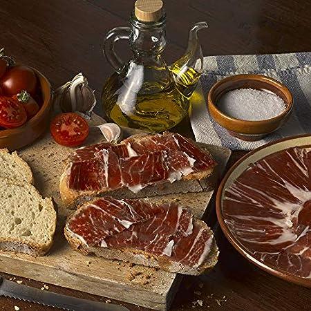 Jamón pata negra, obtenido de cerdos 100% raza ibérica, alimentados con bellota, cortado a cuchillo por un maestro jamonero. 8 sobres x 80 gr envasados al vacío.
