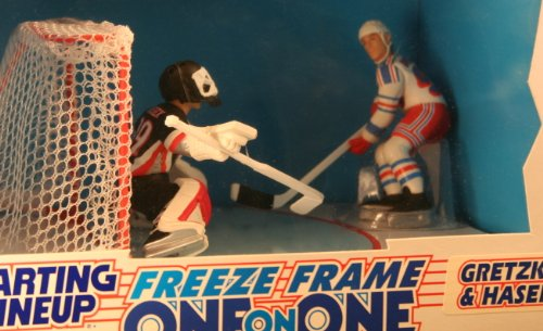 WAYNE GRETZKY / NEW YORK RANGERS & DOMINIK HASEK / BUFFALO SABRES 1997 NHL * Freeze Frame One-On-One * Starting Lineup Action Figure Deluxe Box ()