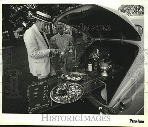 - 1992 Press Photo Couple sets up trunk table picnic with Rolls Royce in New York