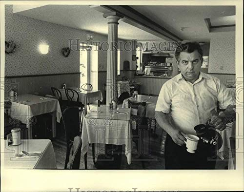 Vintage Photos 1986 Press Photo Lenny DiTrapano pours Coffee at Mansion Hill Inn, Albany, NY