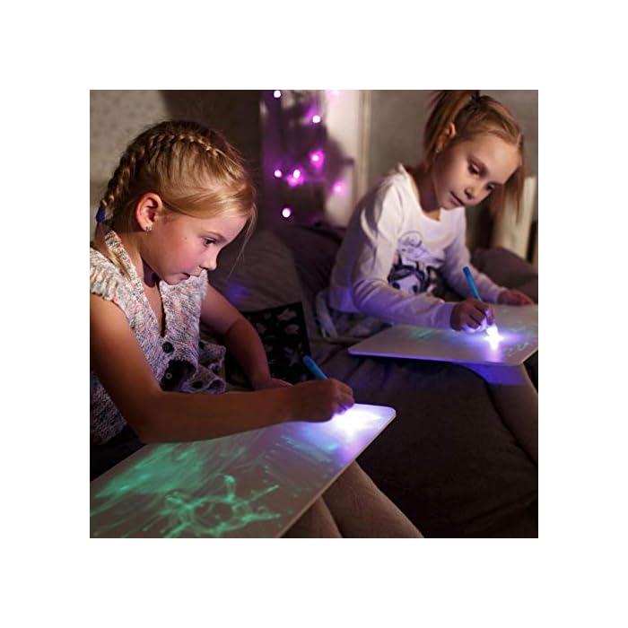 51dcS0FLlPL 🌟 DIBUJOS MÁGICOS CON LUZ: Realiza vibrantes dibujos luminosos con nuestra pizarra infantil. Educativa y Multifuncional mantendrá al niño divertido y fomentará la creatividad e imaginación de forma original e interactiva. El tablero fotoluminescente atrapa la luz permitiendo generar dibujos en la oscuridad que duran hasta 15 minutos en la pizarra antes de desvanecerse. 🌟 MOMENTOS ÚNICOS CON TUS HIJOS: Ideal para compartir tiempo entre padres e hijos en los momentos de relajación y descanso antes de ir a dormir. Potencia el vínculo afectivo compartiendo y fomentando la imaginación de tu niño. 🌟 ACCESORIOS DE DIBUJO: Junto a su pizarra recibirá un bolígrafo mágico que permite dibujar con Luz Real, y 2 plantillas de números y formas para realizar los más creativos y originales dibujos.