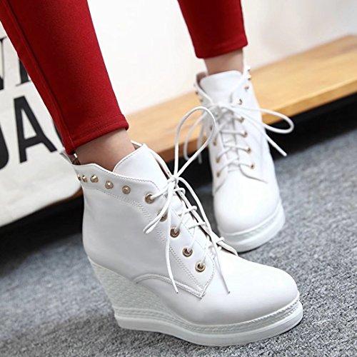 AIYOUMEI Damen Keilabsatz Stiefeletten mit Nieten und 9cm Absatz Bequem Modern Plateau Schnürstiefeletten Weiß