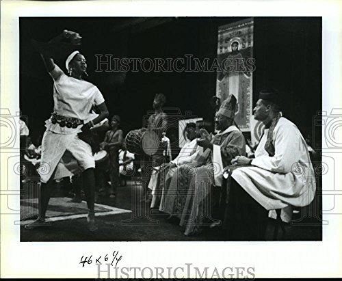 1991 Press Photo Bishop G. Augustus Stallings Watches Dancer at Amani - Amani G