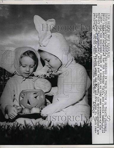 Historic Images - 1962 Vintage Press Photo Austin, Tx emily Legge & Jen Gooch in Halloween costumes