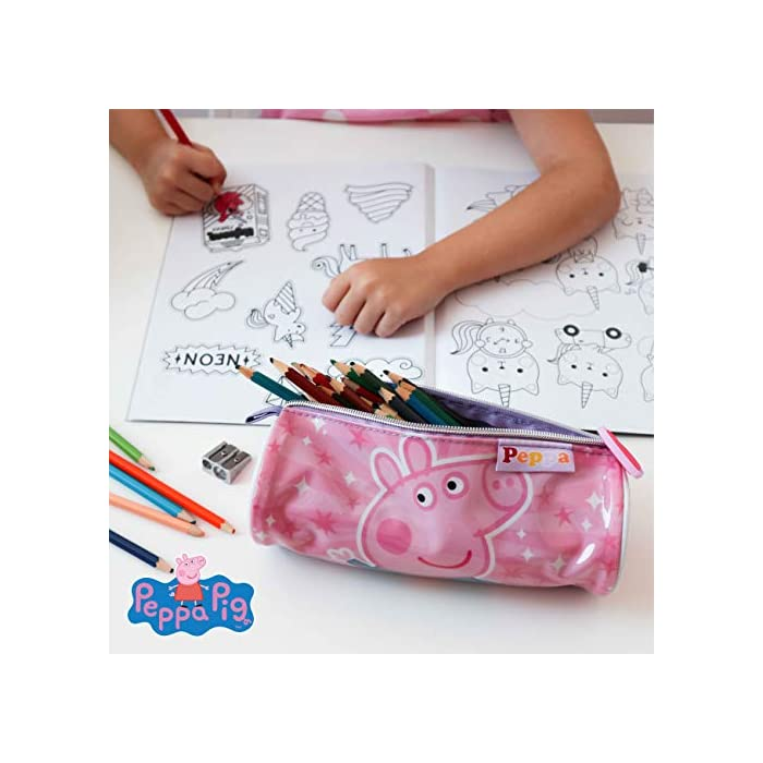 51duHUhuXIL 💗 PACK DE 3 PRODUCTOS ESCOLARES – Ideal para niños y niñas a partir de 3 años. Distintas medidas para diferentes usos a lo largo del día. Mochila escolar con tirantes: 26 x 31 x 10 cm. Bolsa de merienda: 26,5 x 21,5 cm. Estuche escolar: 21,5 x 7,5 x 7,5 cm. Material tela de poliéster resistente y ligero. Todos los productos son fáciles de usar para los niños 💗 MOCHILA ESCOLAR INFANTIL – Parte frontal de la mochila con diseño en 3D de Peppa Pig creando divertidos detalles e impactantes efectos de color. El tamaño es idóneo para niños de 3 a 6 años, para usar en el colegio o actividades extraescolares. Las tiras pueden regularse y ajustarse según la altura del niño 💗 BOLSA PARA MERIENDA – Con cierre de cuerdas a los lados. En color rosa de Peppa Pig. Esta mochila infantil es ideal para meter el almuerzo o merienda de los niños, también se puede usar en parvulario o para guardar juguetes. Su diseño de cuerdas permite que los niños puedan abrir y cerrar la mochila ellos solos