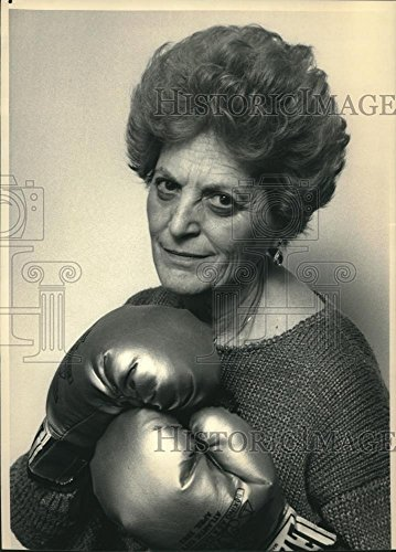 Vintage Photos 1988 Press Photo Eva Shain at home in Fort Lee with her boxing (Shain Wall)