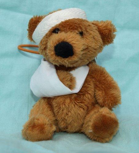 Mini Bär mit Armschlinge und Kopfverband ca. 9 cm