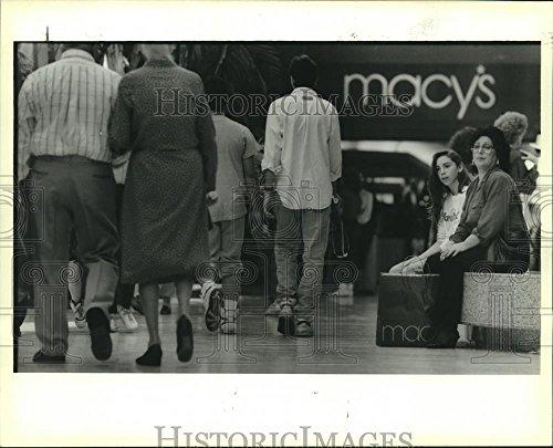 1988 Press Photo Black Friday shoppers take break in Esplanade Mall - - The Mall Esplanade
