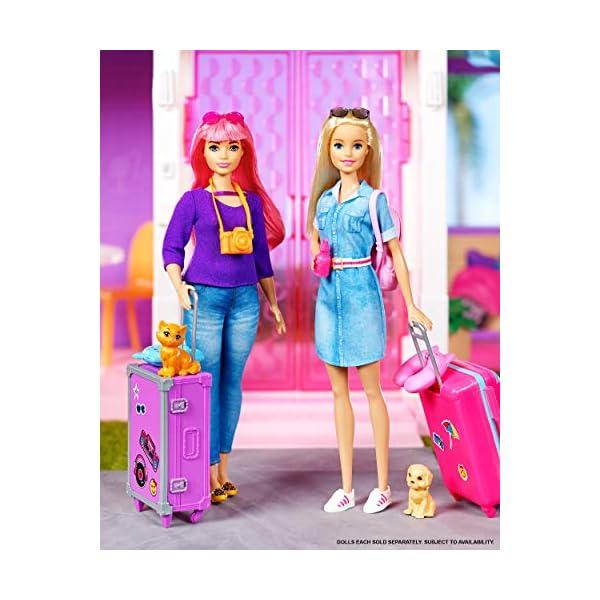 Barbie in Viaggio, Bambola Bionda con Cucciolo, Valigia che si Apre, Adesivi e Accessori, Giocattolo per Bambini 3… 5 spesavip