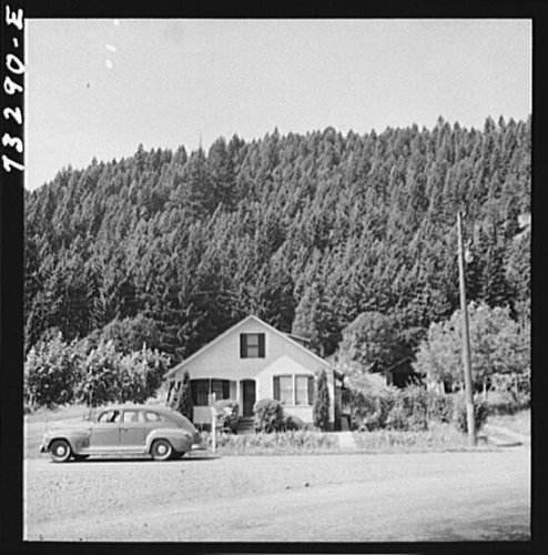 Photo: Oakridge,Oregon. House in a lumbering - Center Oakridge