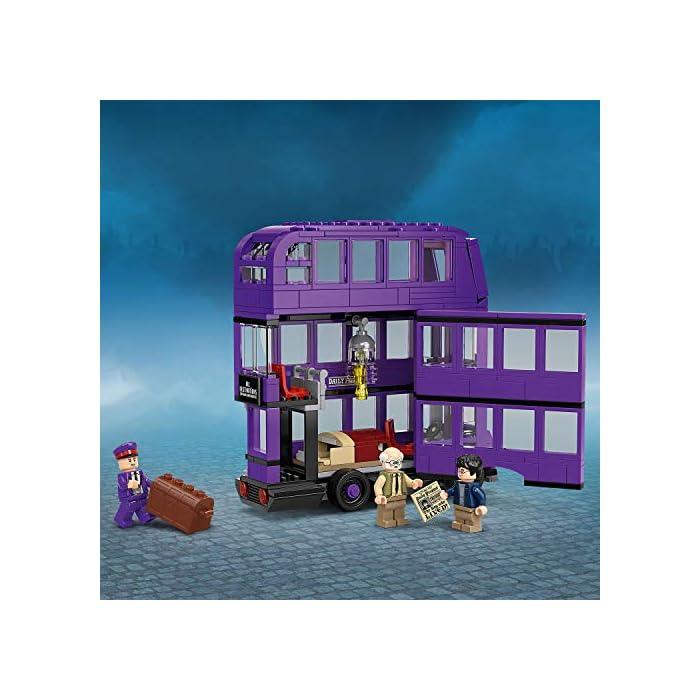 51errsZCweL Incluye 3 minifiguras LEGO Harry Potter (novedad en junio de 2019): Harry Potter, Stan Shunpike y Ernie Prang. Este autobús LEGO de 3 pisos cuenta con un panel lateral abisagrado abatible y un techo desmontable para abrir al máximo las posibilidades de juego. Incluye también una cama que se desliza y una lámpara colgante que se mueve cuando el autobús gira y da un viraje brusco.
