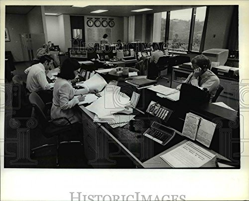 1982 Press Photo Traders First Interstate Bank Of Oregon Money Desk   Orb00817