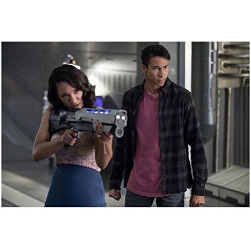 The Flash Keiynan Lonsdale With Candice Patton Aiming 8 X 10 Inch Photo
