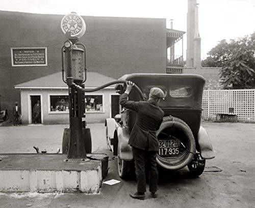 SAVA 199807 Filling up at a Texaco Gas Pump 1920s Decor Wall 16x12 Poster Print ()