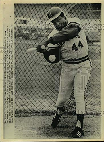 1975 Press Photo Homer king Henry Aaron in batting cage at Brewers spring camp