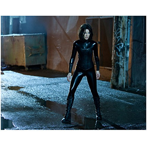 Kate Beckinsale 8 inch by 10 inch PHOTOGRAPH from Slide Van Helsing Underworld The Aviator Wearing All Black Leather Standing Over Puddle - Wearing Celebrities Aviators