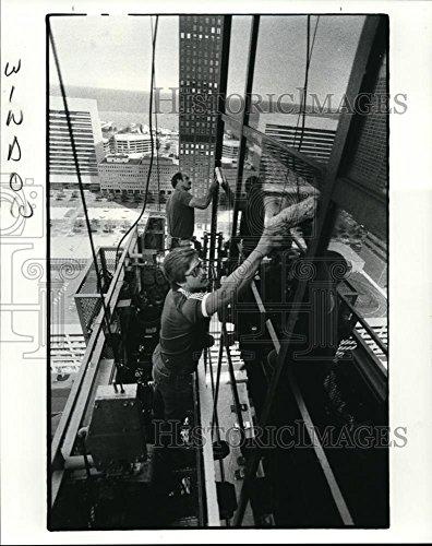 1985 Press Photo Jerry Hochschild & Dale Sybo clean windows on Eaton Center - Centre Blacks Eaton