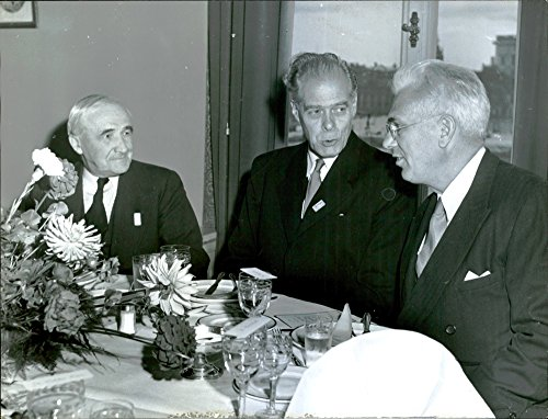 Vintage photo of Foreign professors in conversation during the Inter-Parliamentary Union Conference - 13 September 1949