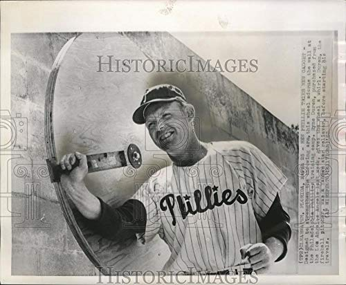 1963 Press Photo Ryne Daren Of Phillies Exercising Pitching Arm With New Gadget - Historic Images