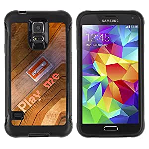 All-Round híbrido Heavy Duty de goma duro caso cubierta protectora Accesorio Generación-II BY RAYDREAMMM - Samsung Galaxy S5 SM-G900 - Play Me Quote Cassette Tape Art 90S Music