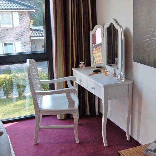 Lounge Zona Specchiera Tavolo Toeletta Lettino Da Estetista Comodino