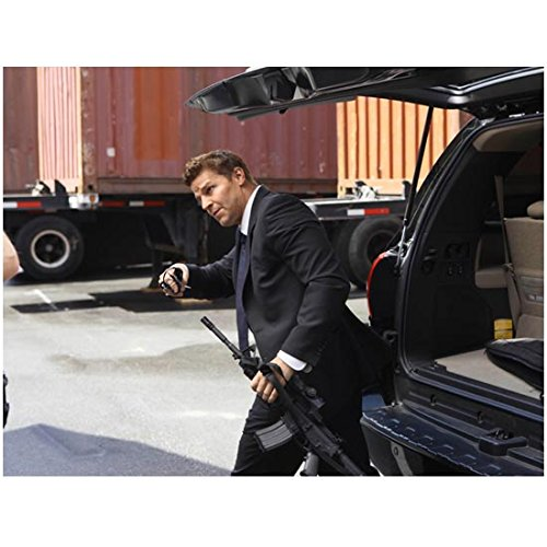 Bones David Boreanaz as Agent Booth Holding Rifle Leaning Under SUV Back Door 8 x 10 Photo