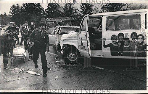 1985 Press Photo Car bus accident Schaumburg road kids - - Schaumburg Kids