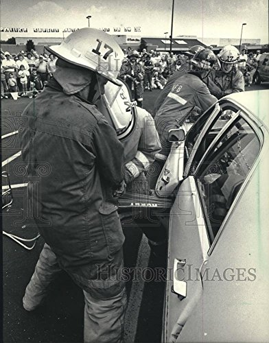 1987 Press Photo Firefighters Use Jaws of Life In a Mock Crash At Bay Shore - Bay Shore Mall